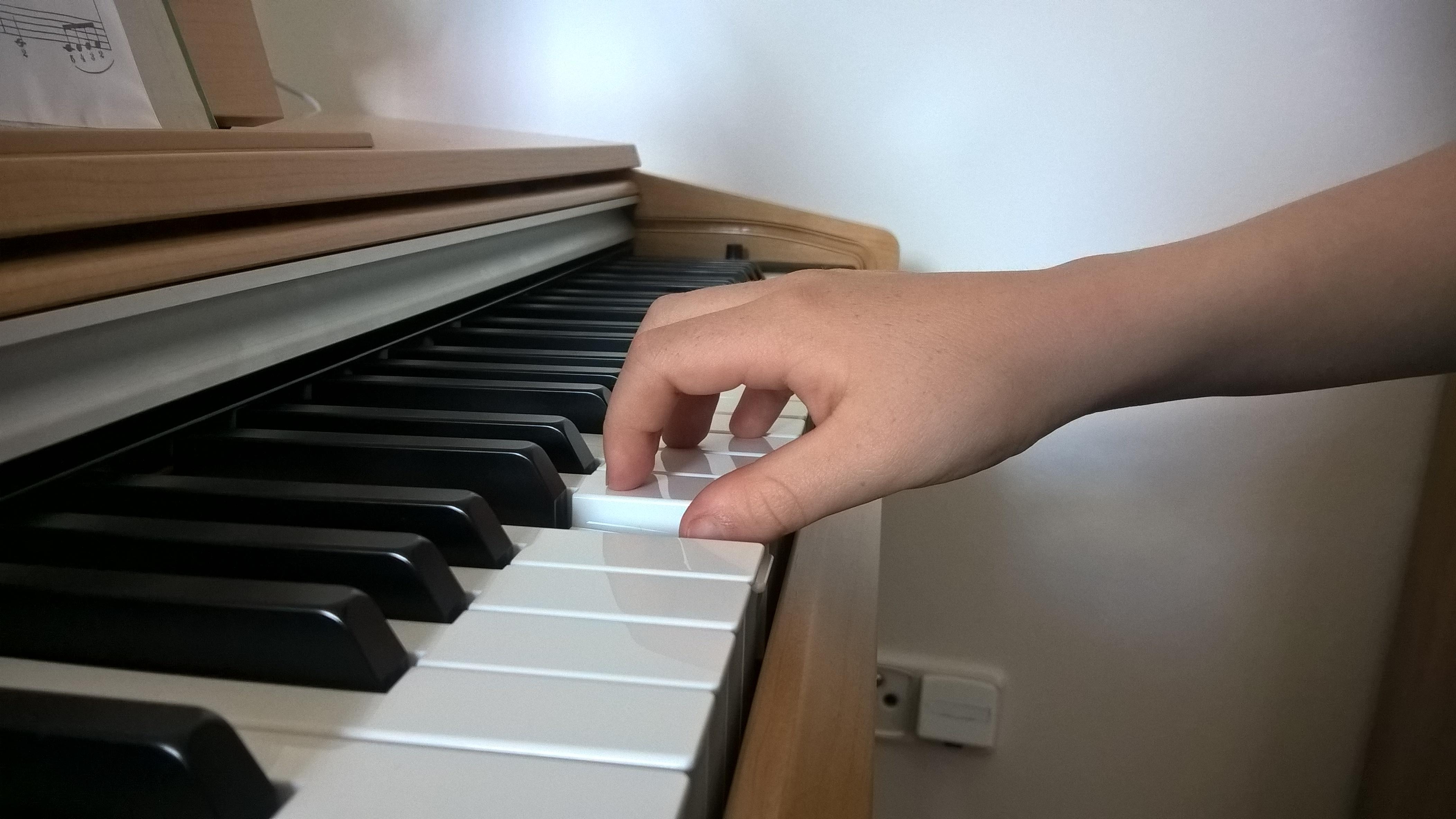 Správná pozice ruky, když se hraje tón 1. prstem