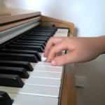 Malý prohřešek, povolený poslední článek na ukazováčku (2. prstu)